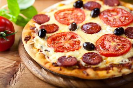 pizza de chorizo, tomate y olivas negras